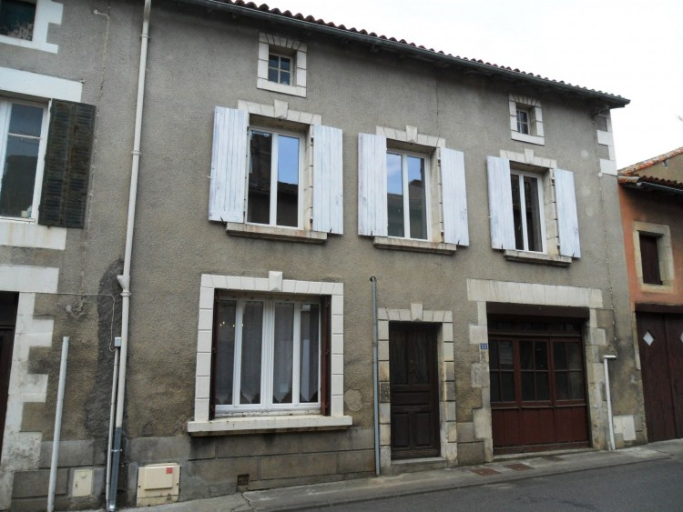 Property for Sale in Fully renovated town house, Vienne, Near Charroux, Vienne, Nouvelle-Aquitaine, France