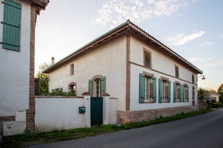 Property for Sale in Property Saint-Nicolas-de-la-Grave 7 rooms, Tarn-et-Garonne, Maison de village en pierre restaurée, Occitanie, France