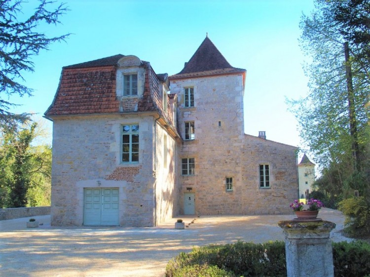 Property for Sale in Lovely manor on the edge of the Lot, Lot, Near Prayssac, Lot, Occitanie, France