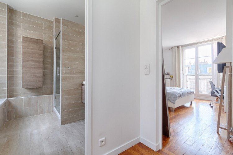 Property for Sale in Very nice 3 rooms apartment on a high floor at the Village d'Auteuil, Paris, Auteuil - Village D'auteuil, Île-de-France, France