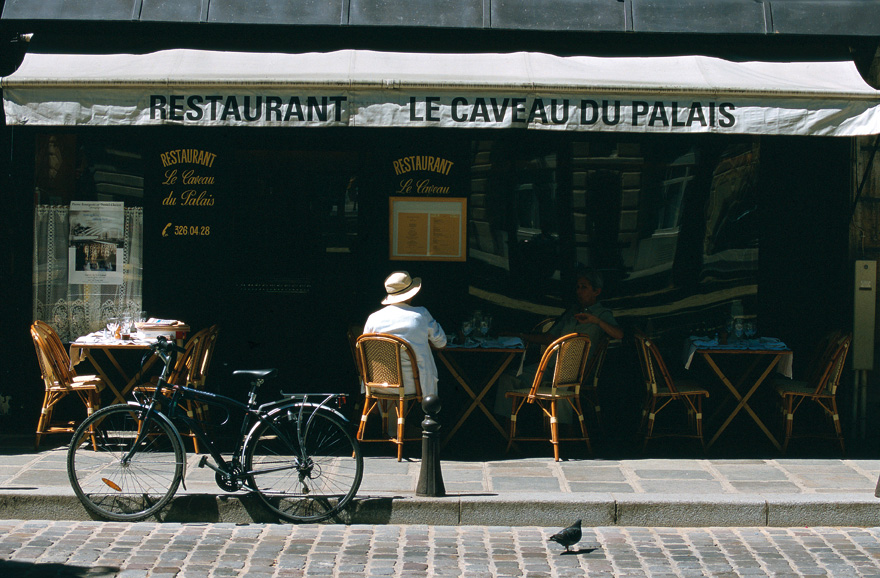 Exterior of a French restaurant in Paris