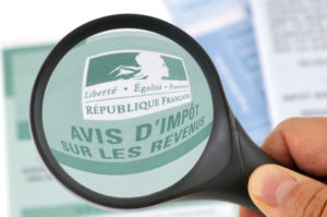 TMagnifying glass magnifying French tax rules