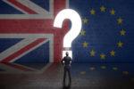 Portal in Form eines Fragezeichens  in einer Wand mit UK- und EU-Flagge