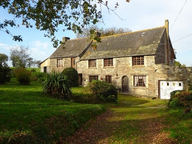 Large stone 3 bedroom property on 3/4 acres