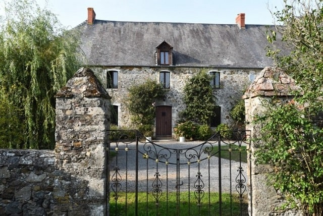 Fortified Château with gatehouse, outbuildings and nearly 7 acres